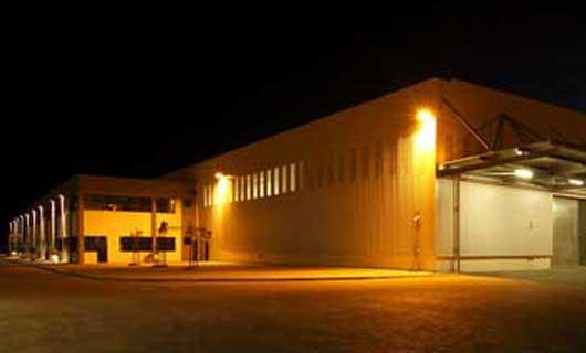 LED belysning på industrifasad på natten