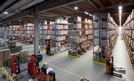 LED belysning i lager med truckgångar