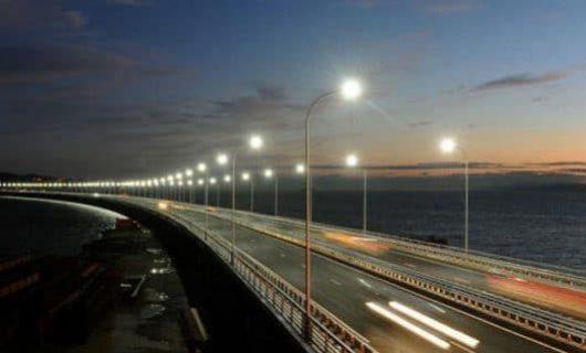 LED vägbelysning på en bro